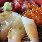 イルカ - 料理写真:イカ、マグロ、イクラの三色丼