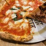 ラ ピッツァ ナポレターナ レガロ - チラッ 焼き加減チェック