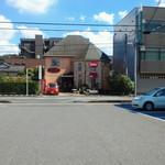 14855565 - お店の向かいにある駐車場から。