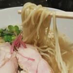 148559619 - 中太のストレート麺が、優しい味わいの塩生姜スープに絡みます。