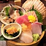 北海道ダイニング 小樽食堂 - 特上刺身盛り~漁師盛り 五種 新鮮!旨い!魚介・季節の魚を盛り込んだお値打ちの『桶』\1,760(二人前)
