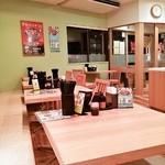 吉野家 - ウッディーで落ち着いた店内テーブル席