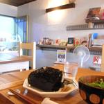 虹のカフェ 小箱 - かわいい店内にかわいい食器♪