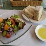 クチーナ タケダ - 料理写真:菜園サラダと自家製パン&オリーブオイル