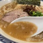 いでゆ商店 - 背脂と魚粉がたっぷりの豚骨スープ