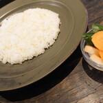 オクシモロン - 菜の花のコルマカレーに付くライスとピクルス✨柚子酢でしょうか、酸味が穏やかでサッパリなお漬物が付くのが嬉しい!