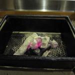 山灯家 - お肉を焼きます