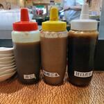 ステーキの志摩 - ソースは3種がテーブルに置かれています