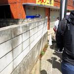 ラーメン二郎 - 店舗外観(開店12分前)