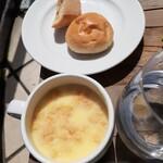 148663905 - バイキングのスープとパン