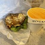 ヒグベーグル&カフェ - 日替りスープのエビのビスク、チキン&ごぼうサラダのベーグルサンドイッチ、