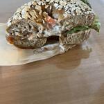 ヒグベーグル&カフェ - チキン&ごぼうサラダのベーグルサンドイッチ(断面)