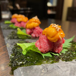 個室 肉寿司と飛騨牛もつ鍋 くずし割烹たてがみ - 生雲丹とうまとろの特上刺し 1540円