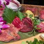 個室 肉寿司と飛騨牛もつ鍋 くずし割烹たてがみ - 馬刺し極み10種盛り 3000円