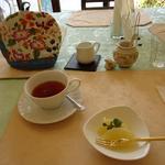 カパティ - ポットの紅茶とフルーツ