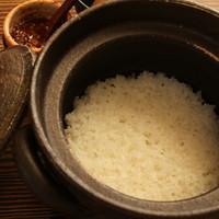 吉祥寺 みかづき酒房 - 五郎兵衛米土鍋ごはん。月替わりの炊き込みご飯も人気です。