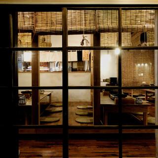 江戸の大衆酒場の賑やかで楽しげな雰囲気