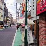 和菓子処 大角玉屋 - 右手にお店、その先に見える大きな建物は東京女子医大です
