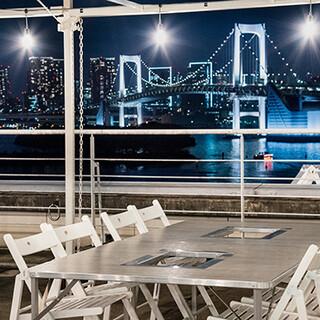 輝く波間も、きらめく夜景も、東京湾を一望できるロケーション◎