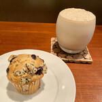148787984 - 本日のマフィン(黒豆ときなこのマフィン)、煮出しアイスミルクティー