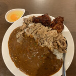 Komizu - 甘辛牛すきカレー(100辛)+生たまご+唐揚げ2個