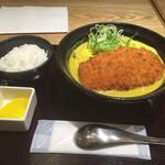 カレーうどん千吉 - サクッと揚げたてのカツに、サラッとクリーミーなカレースープ。うどん屋のカレーにも名古屋メシのカレーにも属さないオリジナル感あふれるスープだった。