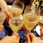 148804768 - シャンパンで乾杯