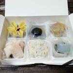 和菓子店 青洋 - 一つ一つが、丁寧に、納められています。