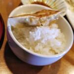 麺屋あした - タレをつけて、ご飯の上にワンバンドさせて、タレがご飯に染みて、これが美味しい