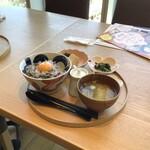 小割烹 おはし - 【ご飯は大盛り(無料)にしてます】釜揚げしらすとしその香丼 1,200円(税込1,320円)