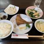 しの和GARDEN - セレクトランチ、カレイ唐揚げ、イカと青菜の炒め
