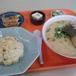 さんちゃんラーメン - 料理写真:「半ちゃんラーメン定食」650円 餃子と冷奴つ漬物まで付いて来たww