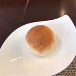 レ クルール - 料理それぞれにこの小さなパンが付いてきます。