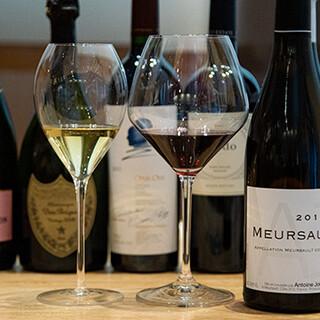 串の香ばしさと樽香ほのかな厳選ワインや日本酒のペアリング