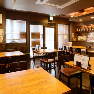 開放的な空間で、自慢のお料理とお酒をお楽しみください