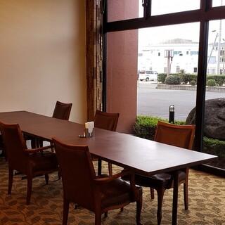 ホテルに構えるレストランならではの、居心地の良い雰囲気が魅力