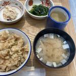 米幸 - 上左、おから 上右、青菜の出汁浸し 下左、豚とネギの混ぜご飯