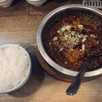 香香飯店 - 石焼麻婆豆腐 880円 ライス(中) 330円