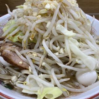 ラーメン二郎 - 料理写真:ラーメン豚入り(900円)+うずら(100円)、ニンニクコール