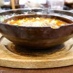 """148886839 - 熱々の""""四川マーボー豆腐""""は蓋付きの土鍋で運ばれて来ますが、テーブルに置くとスタッフが蓋を直ぐに取ってしまいます。"""