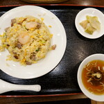 """148886890 - """"五目チャーハン""""はスープ、ザーサイ付で、770円です。"""