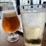 アイビー ダイナー - ジャックダニエルハイボール(右)、クラフトビールの496 ヨンキューロク(左)