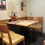 山かつ - テーブル席