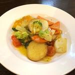 ビストロマエダ - 農家直送野菜のお皿 ガーリックバターで香り豊かにソテー(900円)