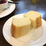 ビストロマエダ - 前菜3種盛り合わせ(1,200円)のパン