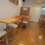 カモCafe - 優しい木目調の店内