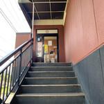 スシロー - 階段の下から店舗入り口を撮影