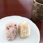 まきいさんちの食堂 - おかわり自由のオニギリ(右は五分づき米、左は赤米)とフリードリンクのほうじ茶。