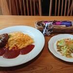 オムオム - 料理写真:煮込みハンバーグとオムライス 820円 (ミニサラダ付き)