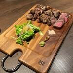 カフェゴーサンブランチ - カルビ、牛タン、ランプ肉の盛り合わせ